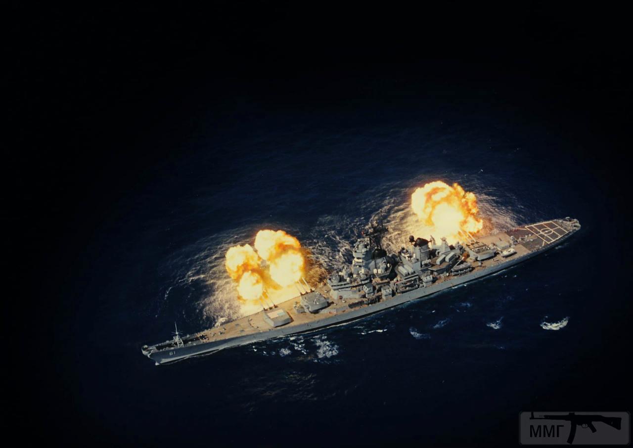 101207 - USS Iowa (BB-61) ведет огонь из орудий главного калибра на учениях, 1980-е годы.