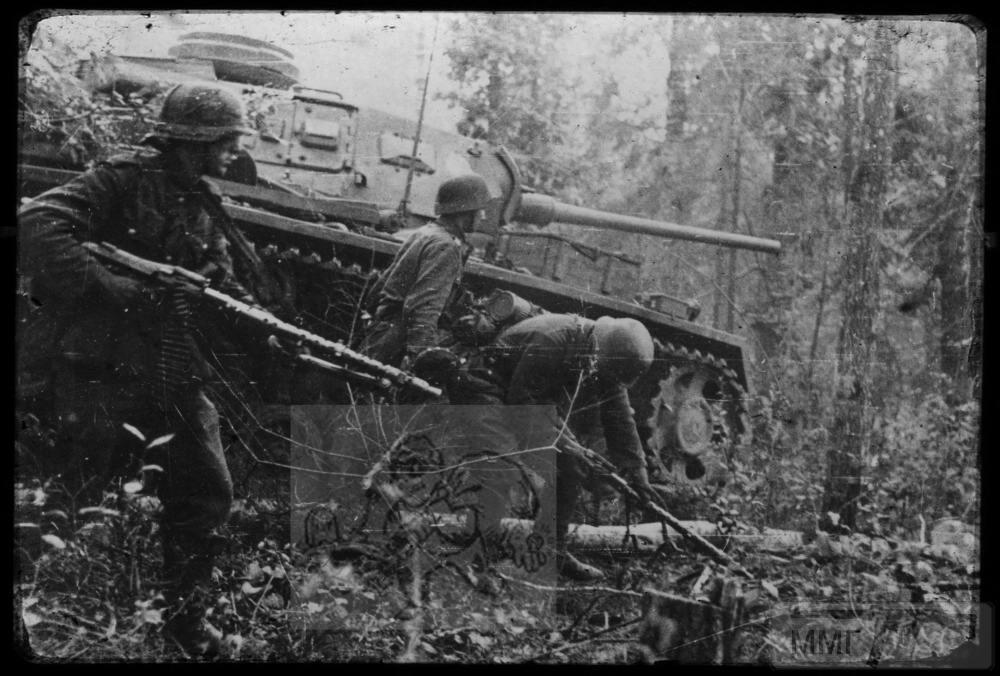 106783 - Панцергренадеры при поддержке танка из состава 9-й танковой дивизии.