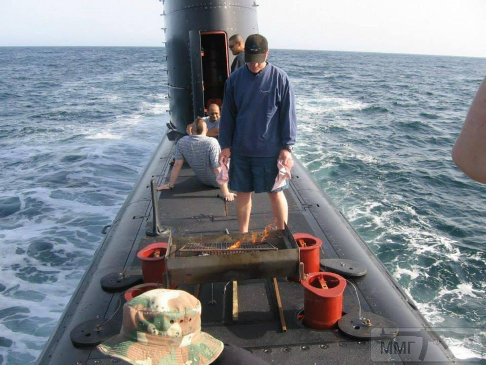 """108557 - Южноафриканские подводники отмечают День наследия (Heritage Day), готовя на палубе """"браай"""" - южноафриканское барбекю на углях."""