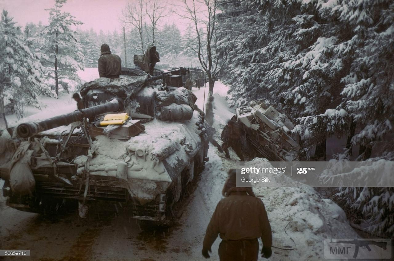 109240 - Американская САУ М36 готовится вытащить свалившуюся с дороги в Арденнском лесу САУ М36. 20 декабря 1944 года.
