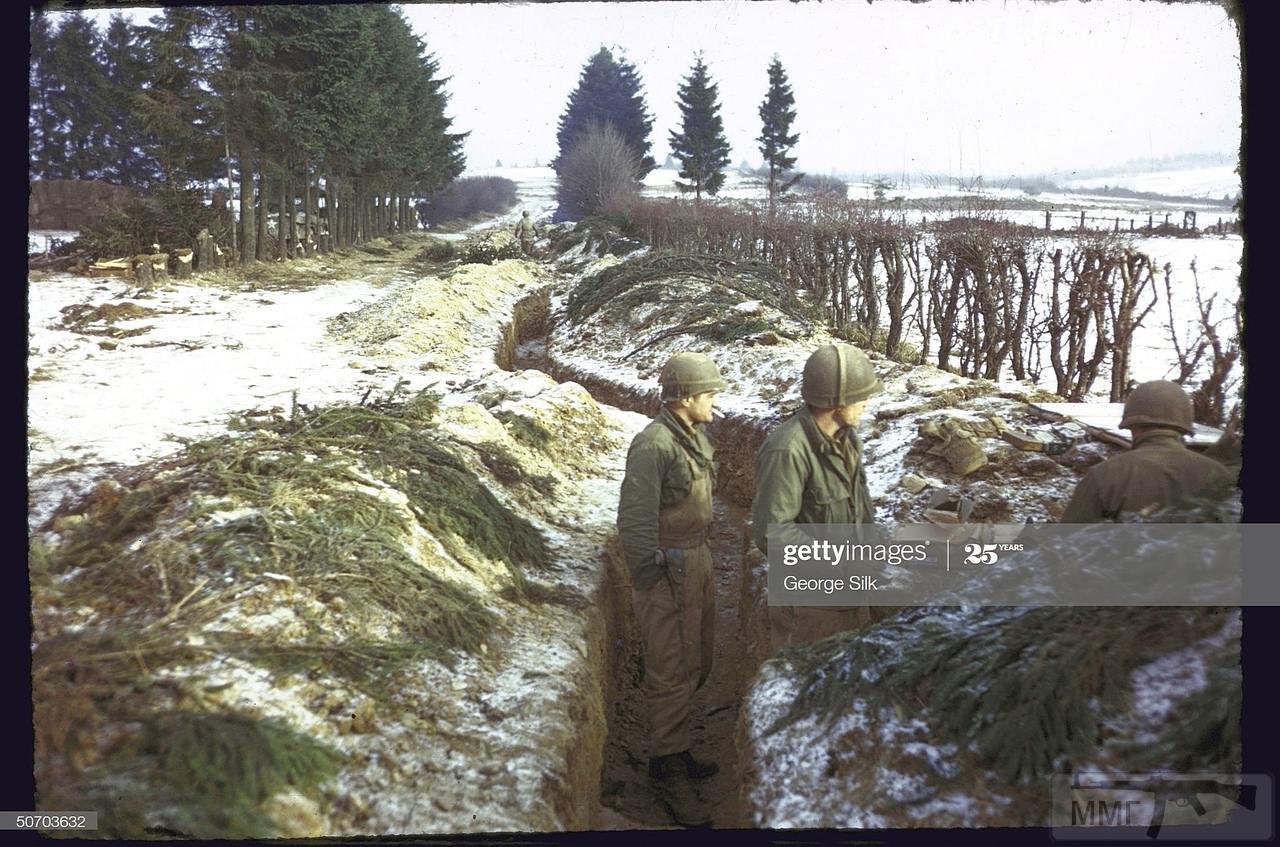 109241 - Трое американских солдат в окопе на опушке Арденнского леса. Декабрь 1944 года.