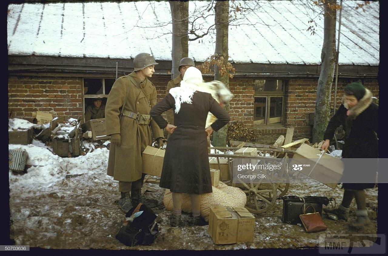 109243 - Бельгийские мирные жители садятся в грузовик Додж WC63 во время эвакуации из зоны боевых действий в Арденнах. Декабрь 1944 года.