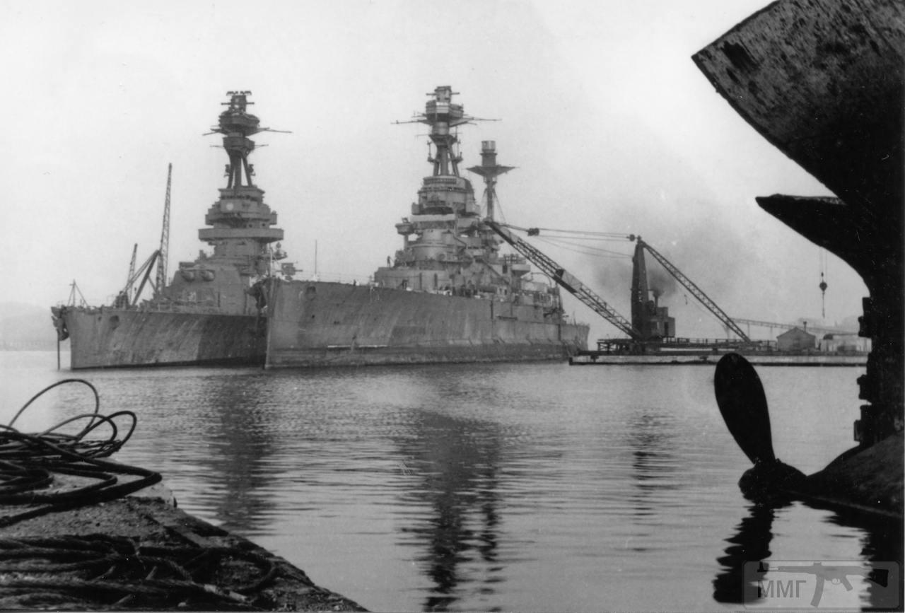109468 - HMS Revenge (слева) и HMS Royal Sovereign на разборке в Инверкетинге, 1949 г.