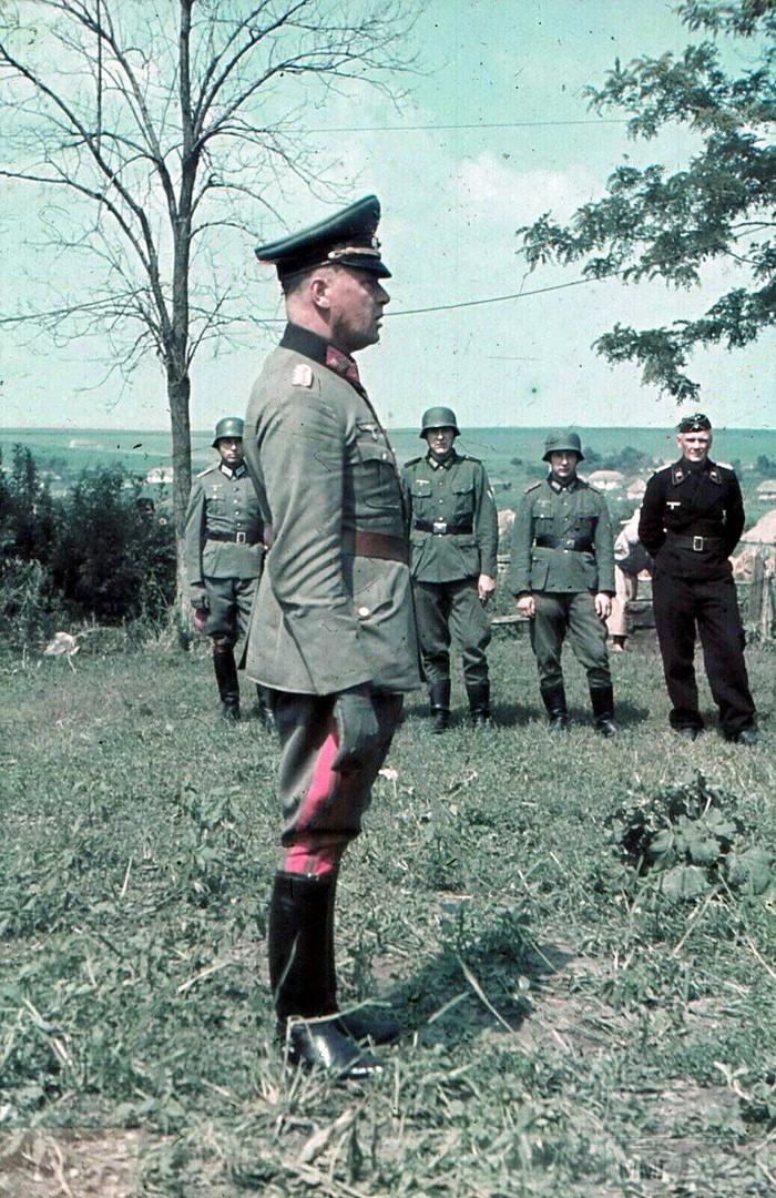 109752 - Генерал-майор Людвиг Крювель. Крайний справа - командир 15-го танкового полка оберст-лейтенант Густав-Адольф Рибель.