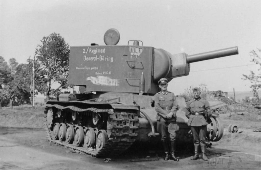 11212 - Немецкие солдаты позируют рядом с советским тяжелым танком КВ-2, брошенным у Дубно. Машина из 12-й танковой дивизии Юго-Западного фронта. Надпись на башне танка – «2/Rgt. Goring. 29.6.41» — свидетельствует о том, что этот КВ-2 был подбит зенитчиками 2-го батальона зенитного полка «Генерал Геринг» в районе Дубно.