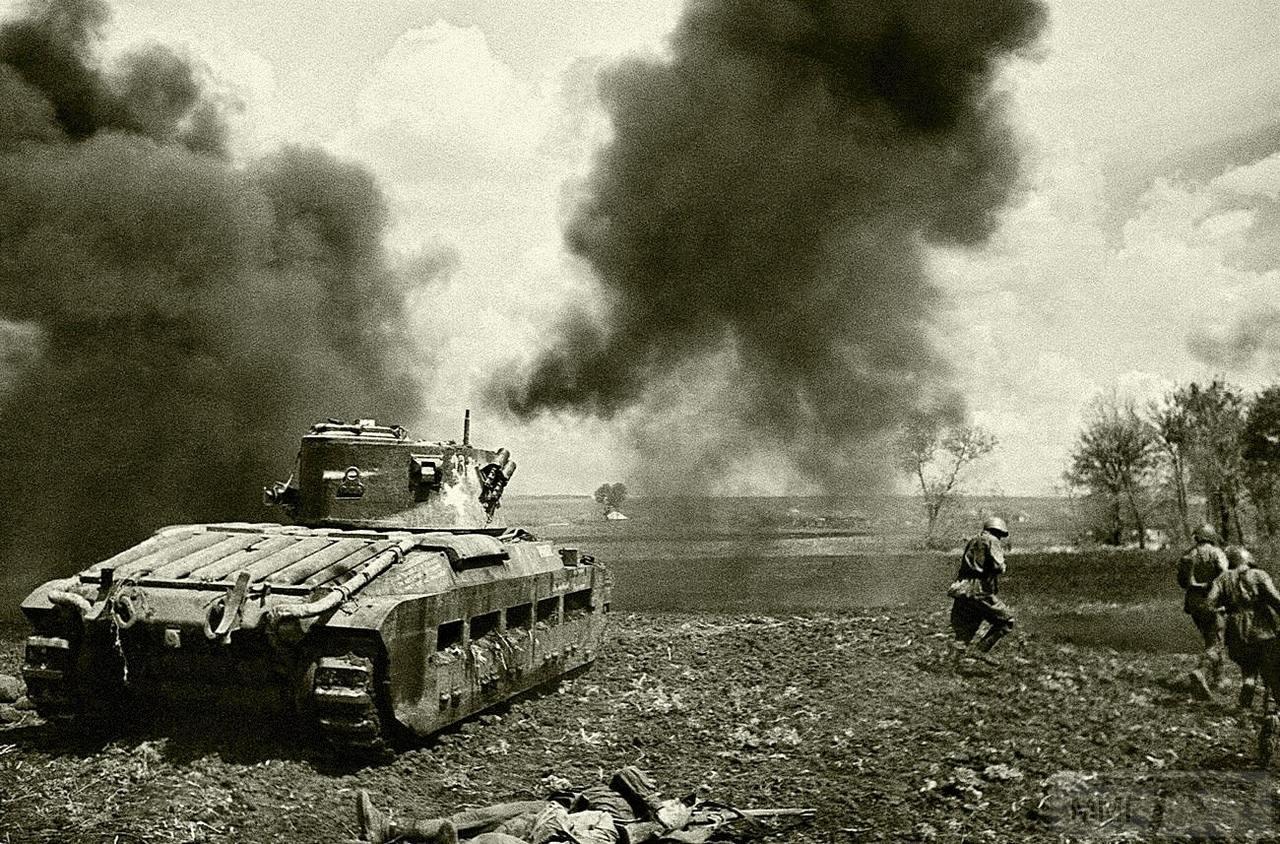 112463 - Красноармейцы под прикрытием Matilda Mk.II идут в атаку в районе города Змиев. Май 1942 года.