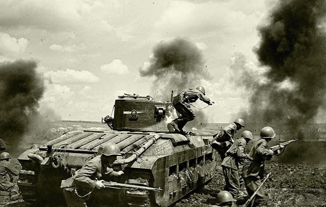 112468 - Красноармейцы под прикрытием Matilda Mk.II идут в атаку в районе города Змиев. Май 1942 года.