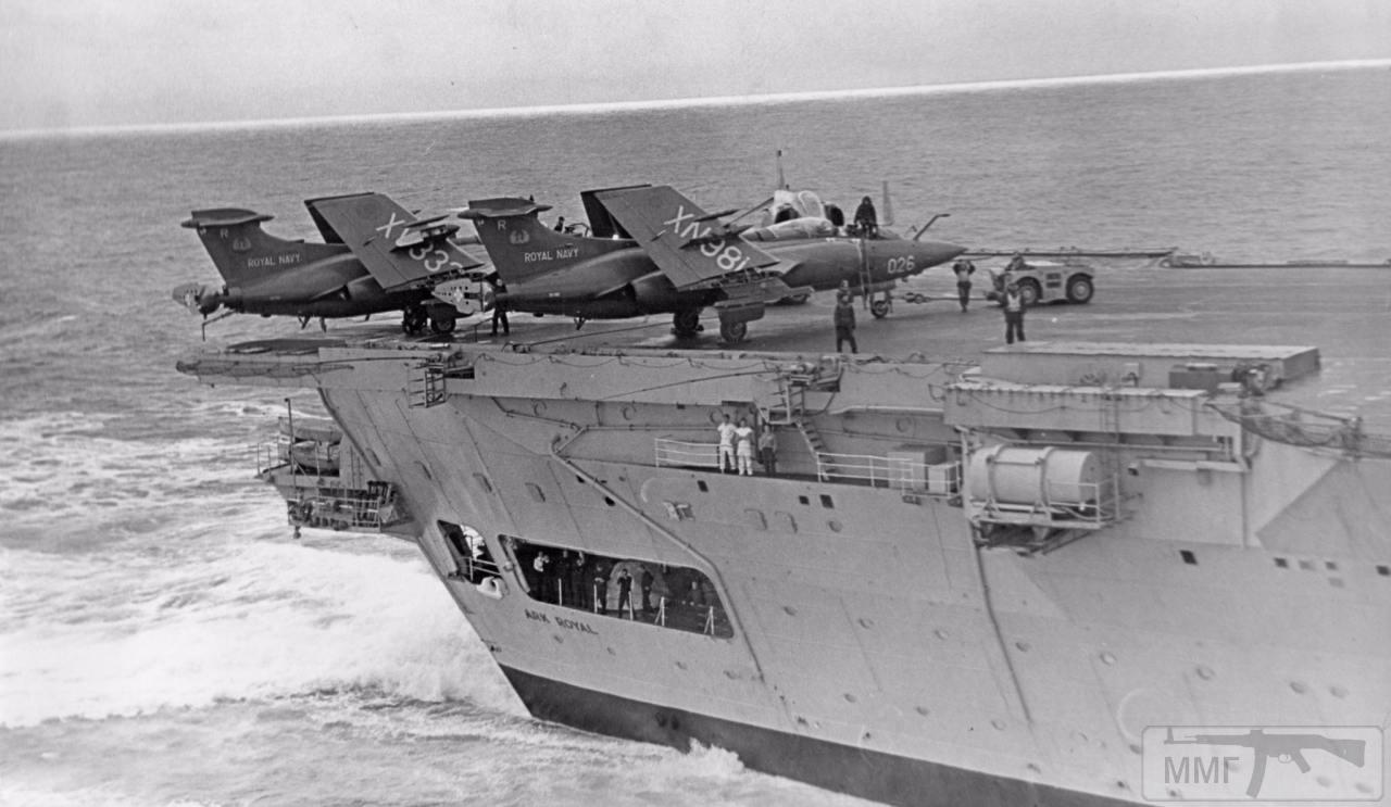 113351 - Пара Blackburn Buccaneer и один Phantom на корме HMS Ark Royal, 1970-е годы. Снимок сделан с советского самолета в Северной Атлантике.