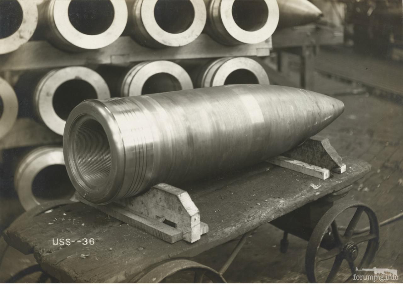 """113605 - Корпус 14"""" (356-мм) снаряда на заводе American Clay Machinery Co. в Бакирусе, шт. Огайо."""