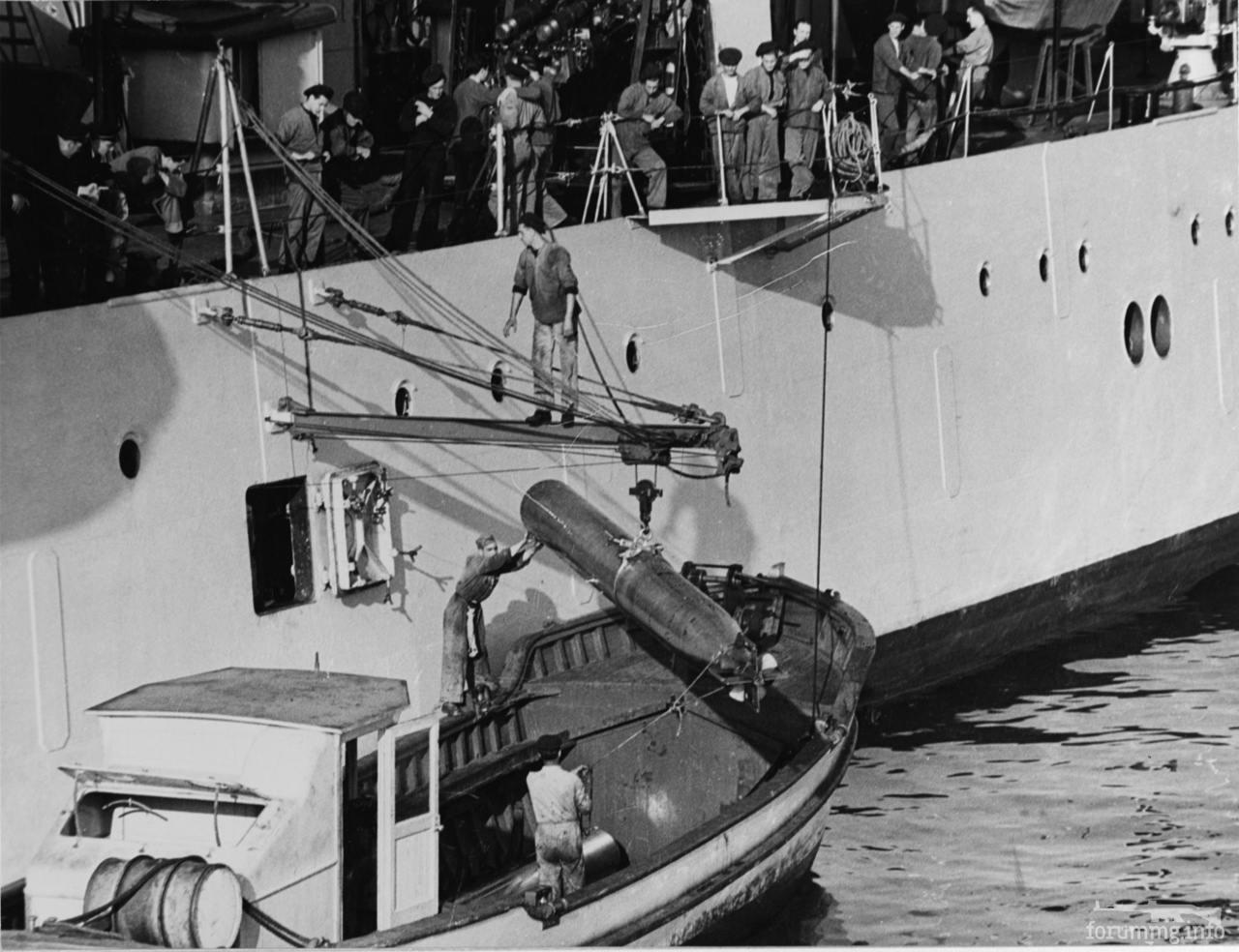 116613 - Пополнение боезапаса на тяжелом крейсере Trento - погрузка торпеды через бортовой люк.