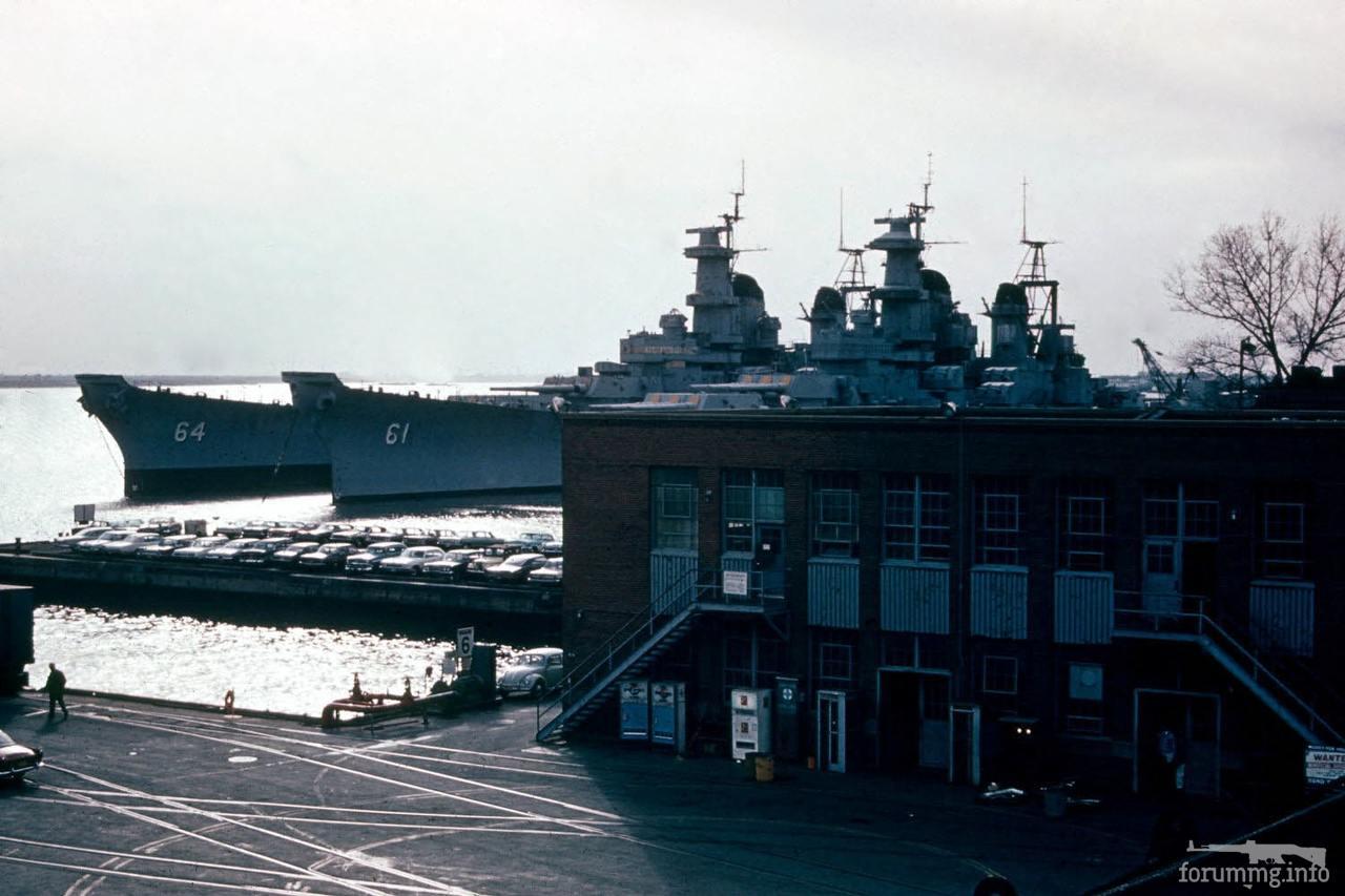 117410 - USS Wisconsin (BB-64) и USS Iowa (BB-61) на стоянке в резерве.