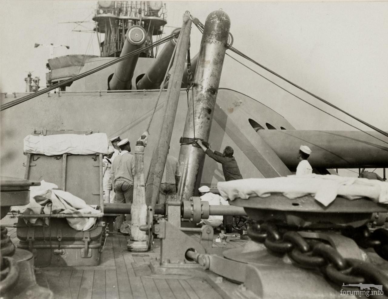 118035 - Погрузка учебной торпеды на USS Pennsylvania (BB-38), февраль 1918 г.