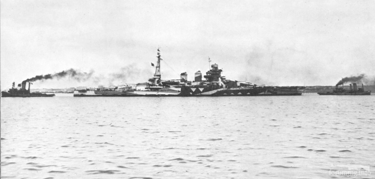 118036 - Линкор Giulio Cesare с помощью пары буксиров меняет место стоянки в Мар Пикколо в Таранто, май 1942 г.