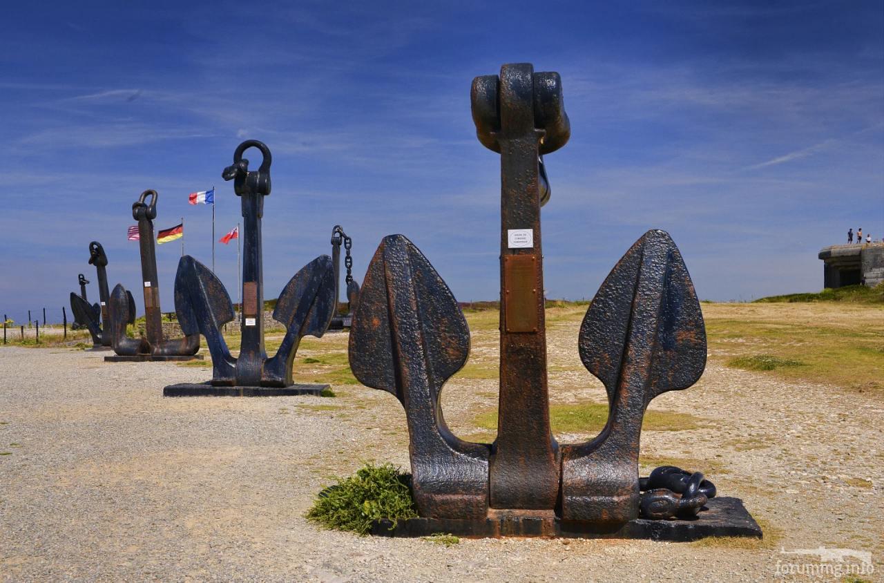 """118527 - Якоря с линкоров Dunkerque, Strasbourg, авианосца Clemenceau, линкоров Courbet и Bretagne в """"Музее битвы за Атлантику"""" в Камаре-Сюр-Мер."""