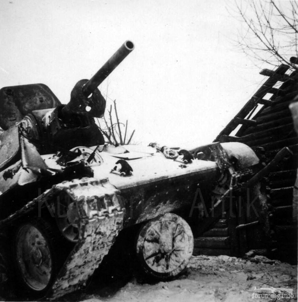 124424 - Подбитый в лобовую бронемаску пушки Т-34-76 попытался раздавить орудие противника, но не рассчитал его возможностей как препятствия.