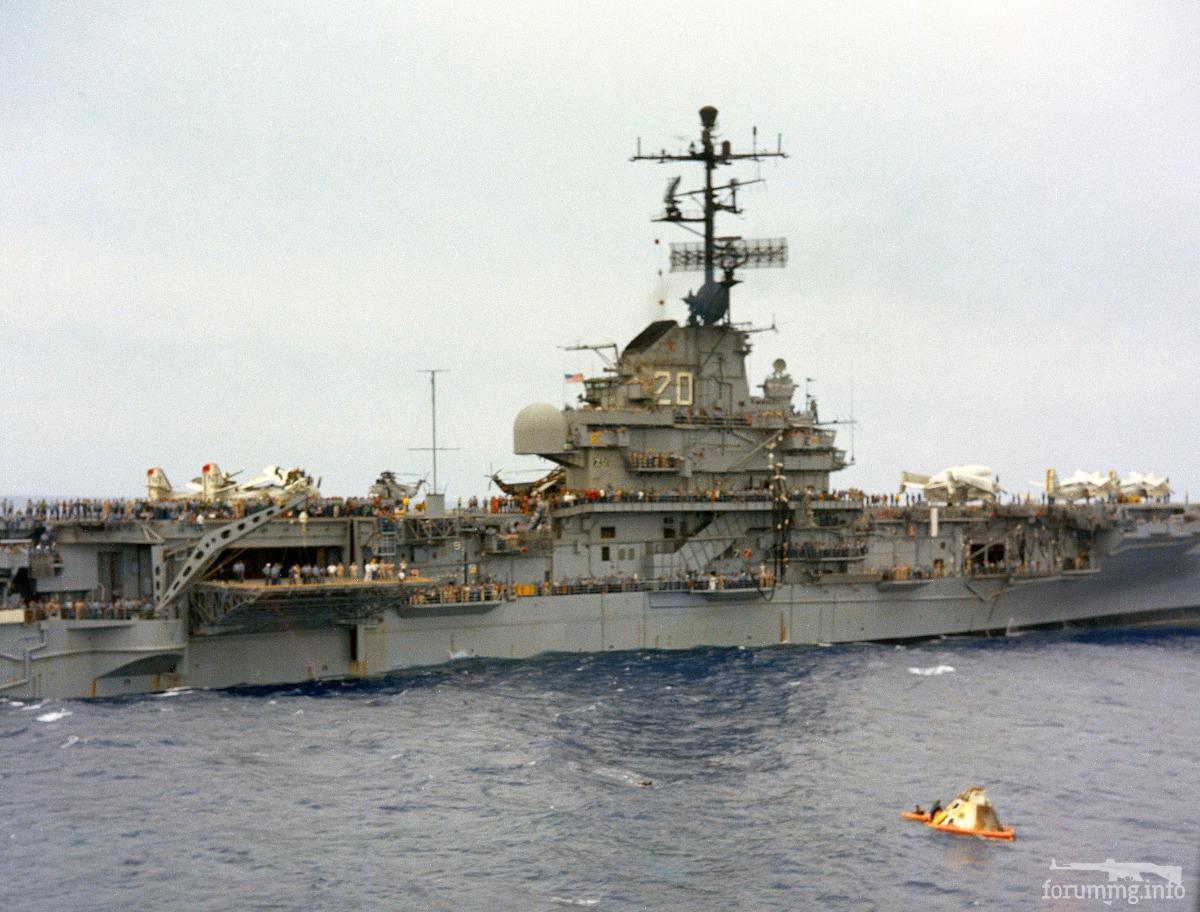 124623 - USS Bennington (CV-20) у приводнившегося спускаемого аппарата Apollo 4, 9 ноября 1967 г.