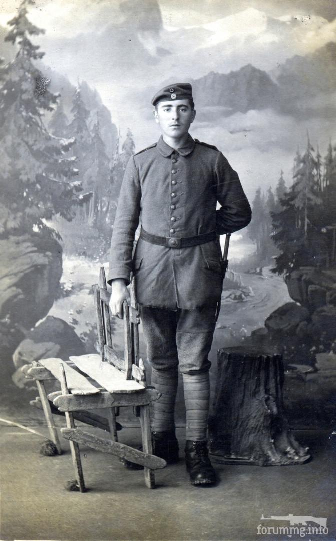 125163 - Военнослужащий Баварских частей германской армии в потрёпанном обмундировании. На нём видавший виды упрощённый Фельдрок 1915-го года, брюки с широкой ремонтной вставкой. Дополняет образ стальная пряга обр.15-го года, окрашенная в фельдграу.