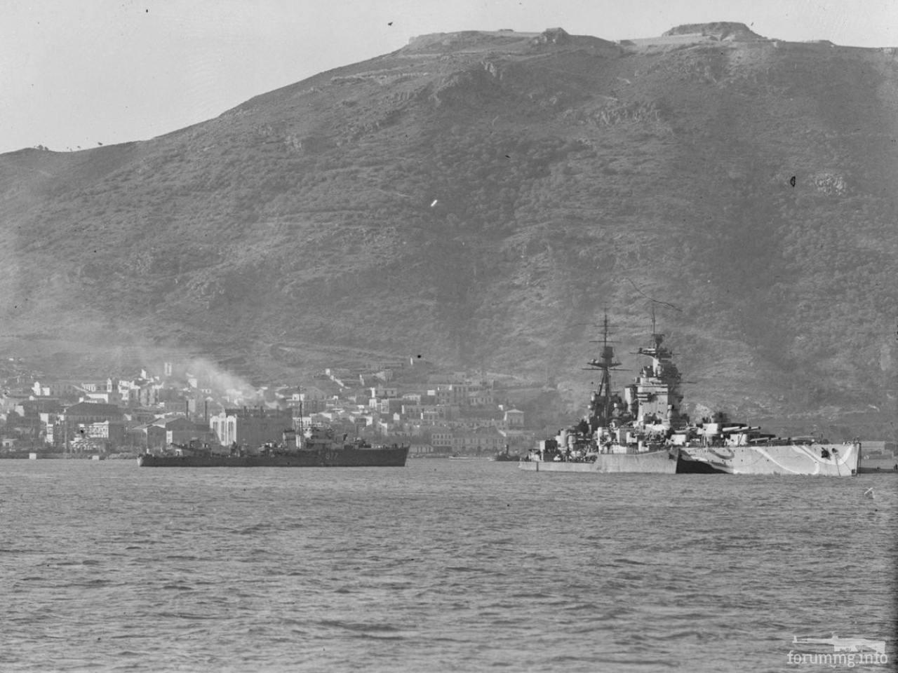 125924 - Линкор HMS Rodney и эсминец на рейде Мерс-эль-Кебир.