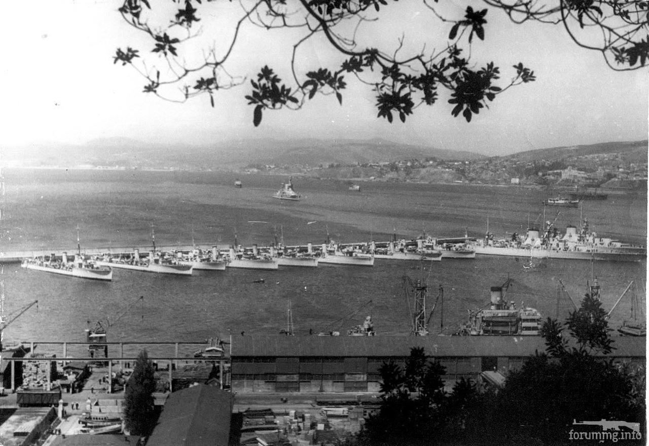 125928 - Аргентинская эскадра с дружественным визитом в Вальпараисо по случаю избрания чилийского президента Гонсалеса Виделы, 1946 г. У мола 8 эсминцев и тяжелые крейсера Almirante Brown и Veinticinco de Mayo. На рейде чилийский линкор Almirante Latorre.