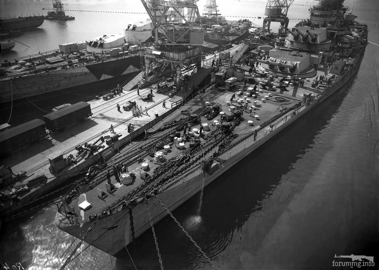 125929 - Линкор Roma на достройке в Триесте, весна 1942 г. Слева на снимке линкор Conte di Cavour, ремонтирующийся после налета британской палубной авиации на военно-морскую базу в Таранто.