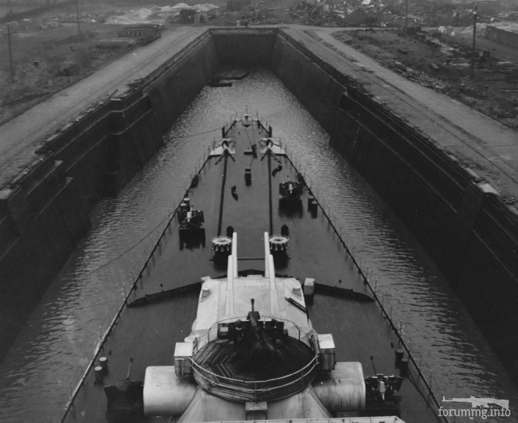 126441 - Тяжелый крейсер Prinz Eugen в доке Бремерхафена, декабрь 1945 г.