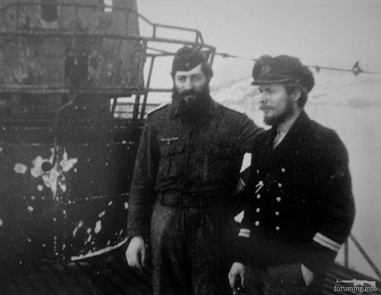 129008 - Февраль 1945 года. Кристиансанн, Норвегия.  Офицеры U-1230 (тип IX C/40) обер-лейтенанты цур зее Эдмунд Гюнтер и Георг Риббат на борту своей лодки после возвращения из первого похода к берегам США (8 октября 1944 - 13 февраля 1945 года).  В этом походе U-1230 под командованием капитан-лейтенанта Ханс Хильбига пришлось поучаствовать в секретной операции германских разведслужб. 29 ноября лодка высадила на побережье США в заливе Мэн двух агентов Эриха Гимпеля (1910-2010) и Уильяма Колпага (1918-2005). Им было поручено отправиться в США и добыть информацию о секретном Манхэттенскомпроекте — плане по созданию американской атомной бомбы. После высадки оба направились в Бостон, а оттуда — в Нью-Йорк. Вскоре Колпаг решил сдаться и обратился в ФБР. Его допрос помог арестовать очень опытного и осторожного Гимпеля.   Высадив агентов, U-1230 потопила в Атлантике 5500-тонный канадский сухогруз и благополучно вернулась на базу, пробыв в море 129 суток. Позднее лодка ушла на ремонт в Германию, где и застала конец войны.