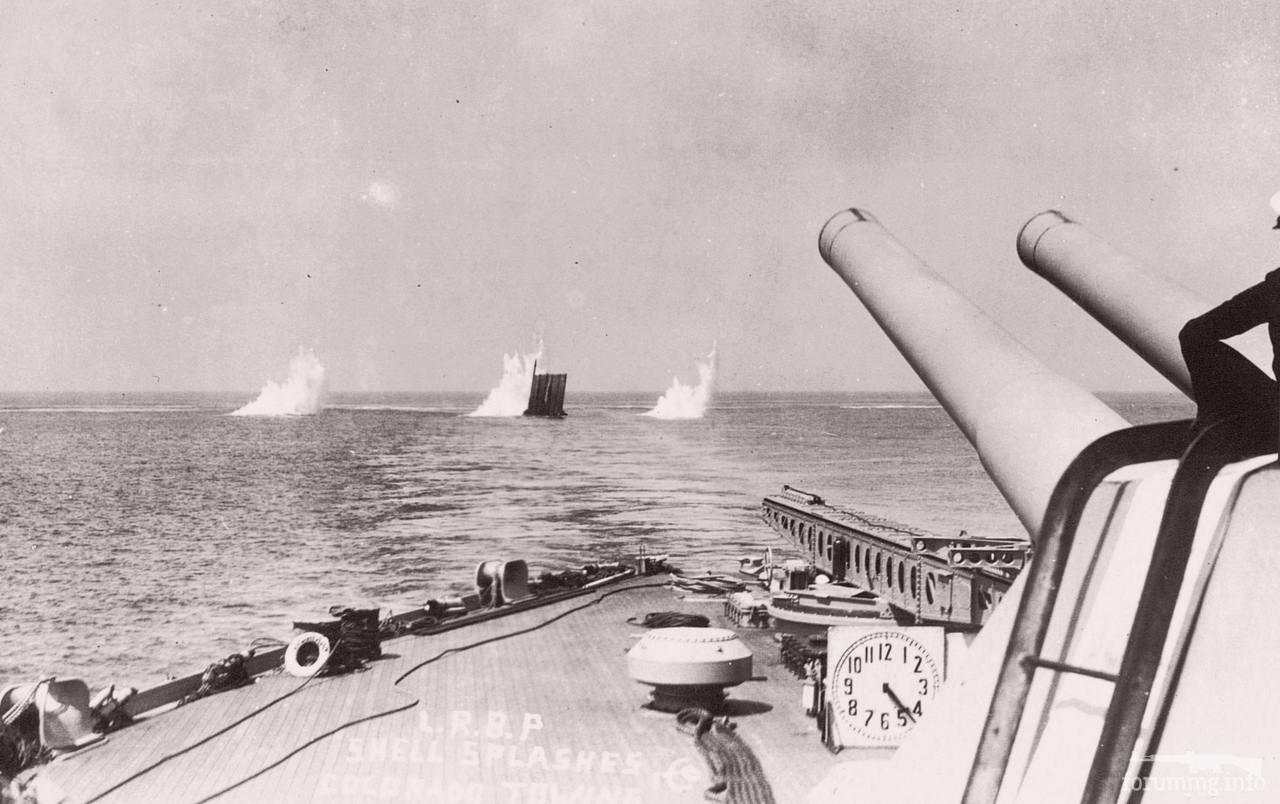 129441 - USS Colorado (BB-45) буксирует плавучую мишень, вокруг которой ложаться залпы другого линкора.