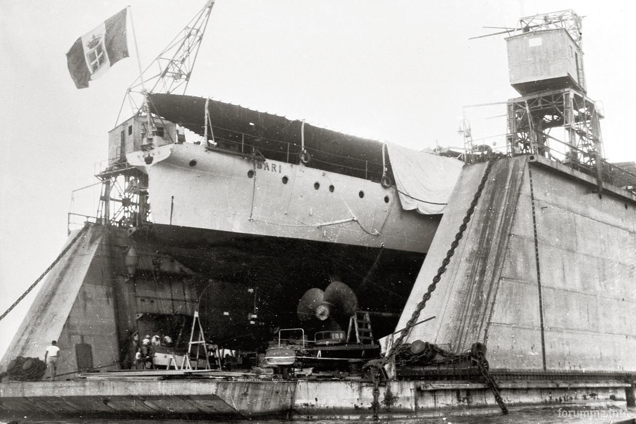 129442 - Легкий крейсер Bari в плавучем доке.