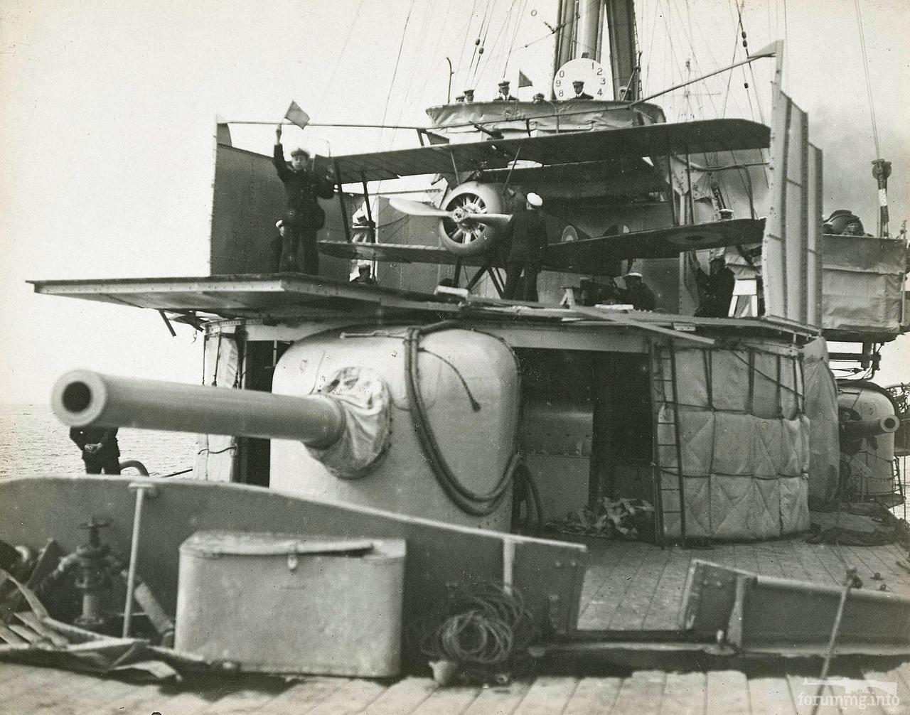 129587 - Аэроплан легкого крейсера HMAS Sydney перед взлетом.