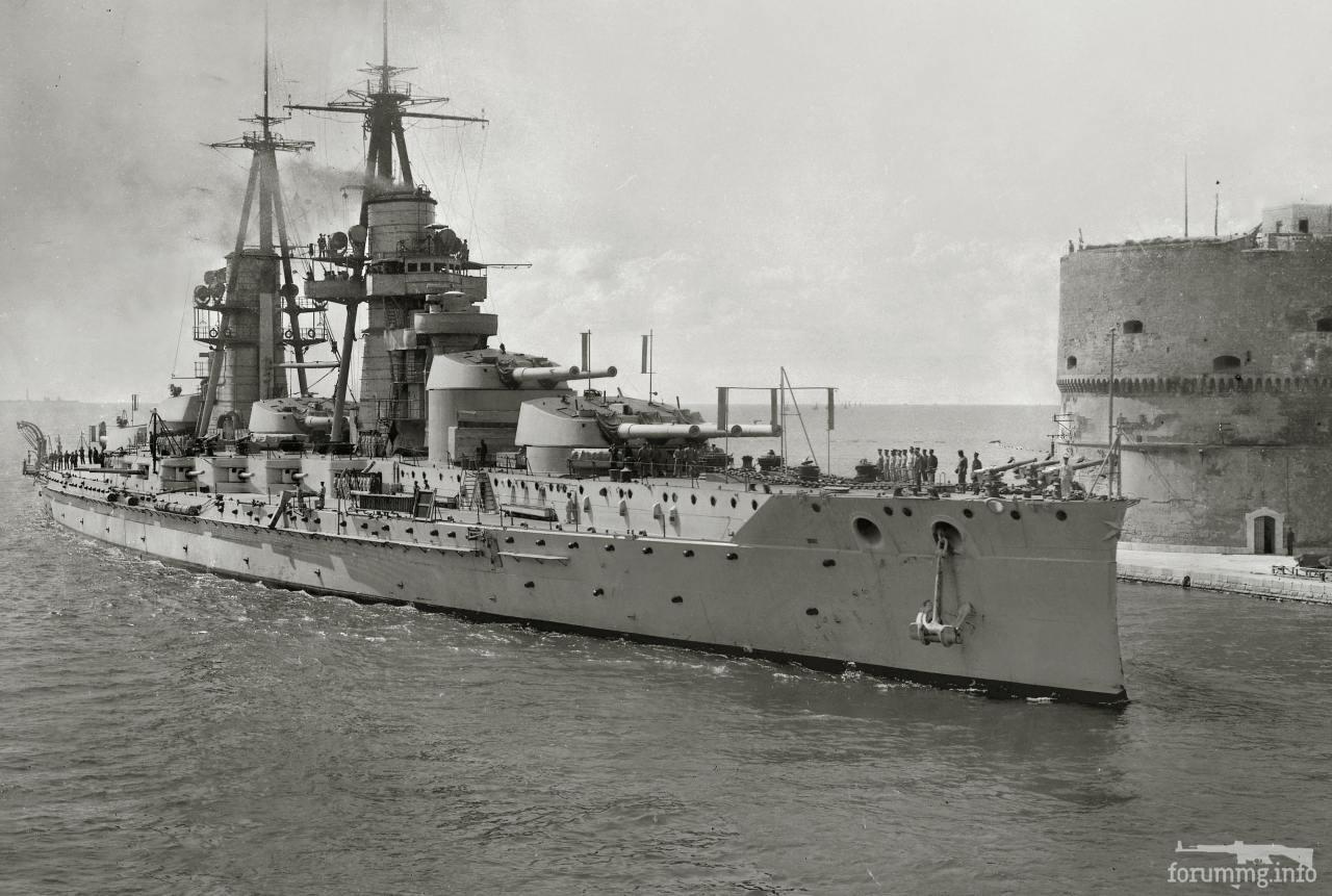 129607 - Линкор Conte di Cavour (до модернизации) входит во внутреннюю гавань Таранто Mар Пикколо.