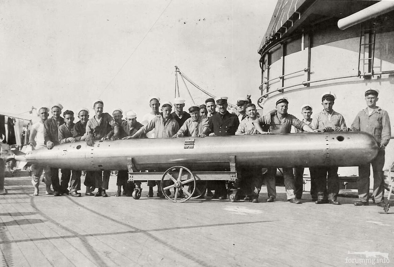 131444 - 533-мм торпеда на палубе линкора USS Mississippi (BB-41) перед отправкой в погреб, весна 1921 г.