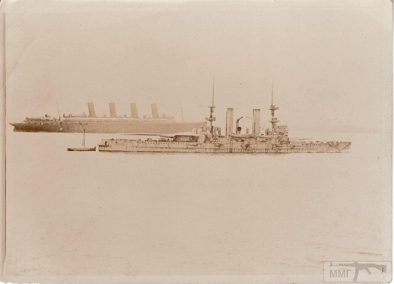 13281 - HMS Swiftsure на фоне лайнера Mauretania