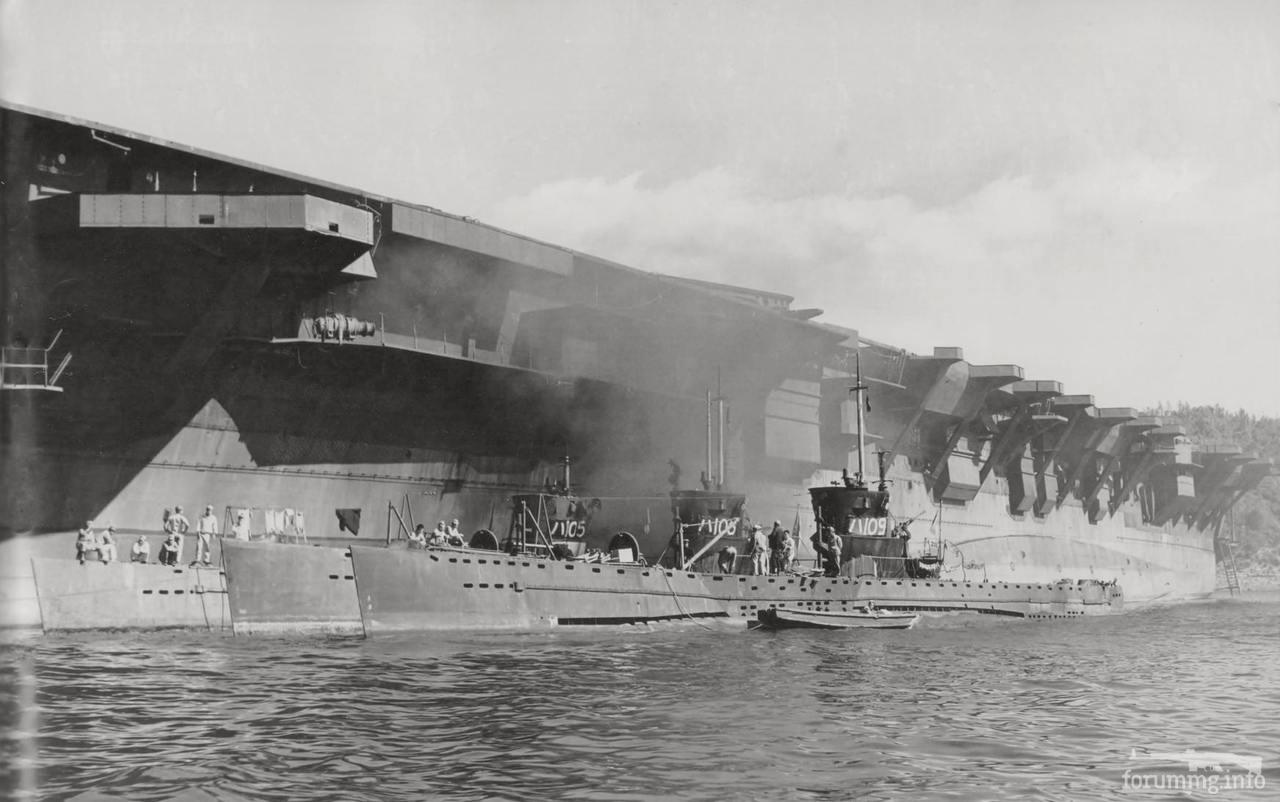 136003 - Недостроенный легкий авианосец IJN Ibuki и подводные лодки Ha-105, Ha-109 и Ha-106 у его борта, ноябрь 1945 г.