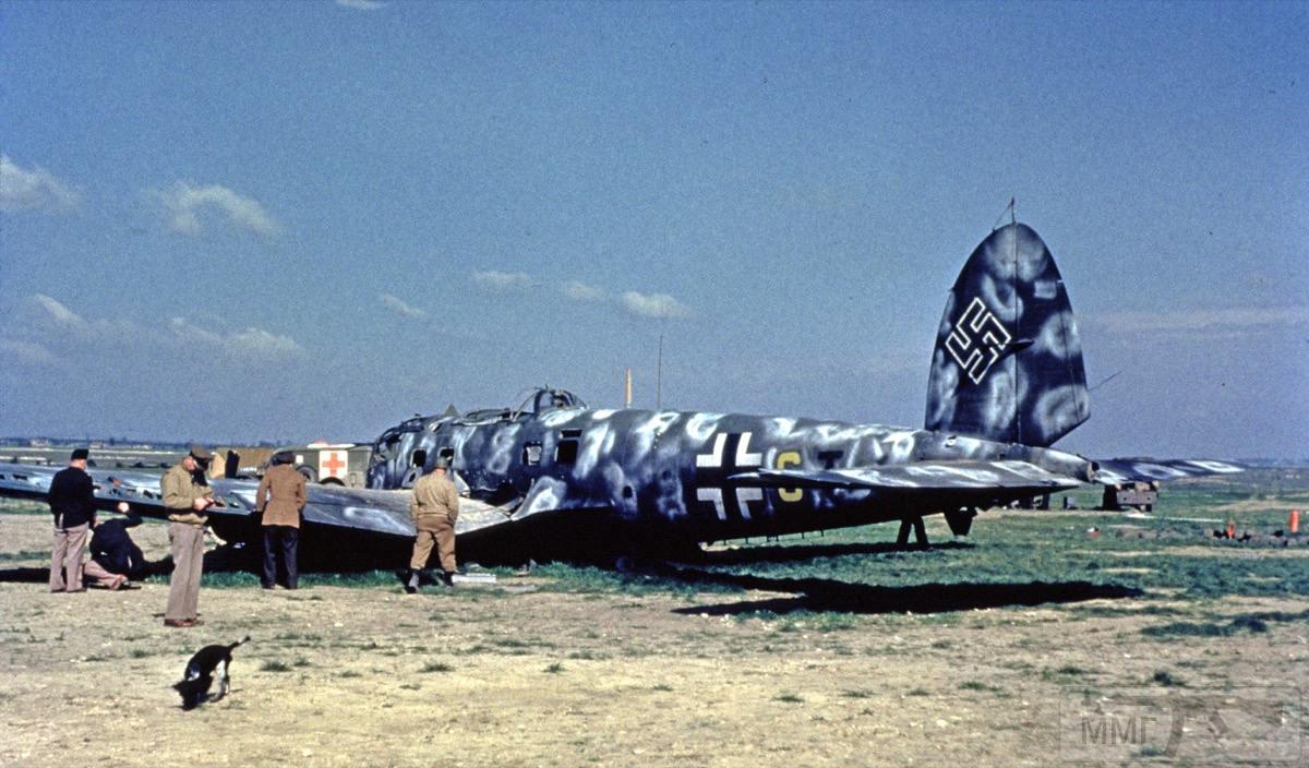 13766 - Американцы осматривают бомбардировщик Heinkel He 111 на аэродроме LeBourget во Франции.