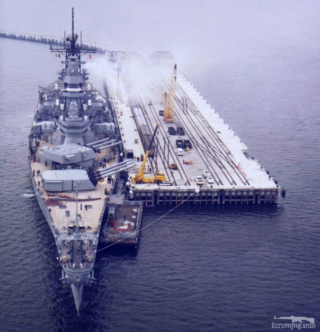 139411 - Погрузка боезапаса на линкор USS Wisconsin (BB-64) с пирса Naval Weapons Station Earle, 1990 г.