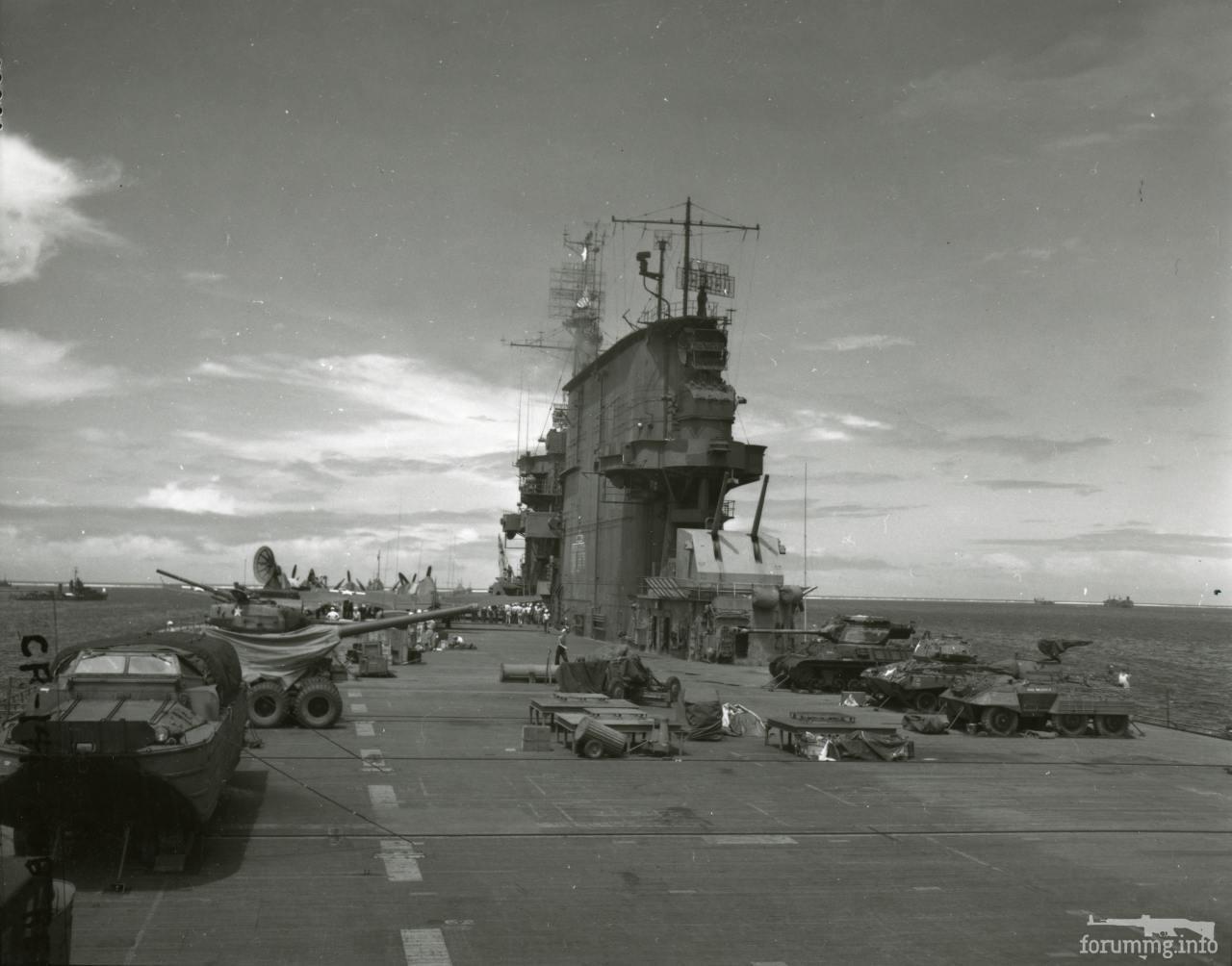 140175 - На палубе авианосца-мишени USS Саратога (CV-3) перед ядерными испытаниями в рамках программы Crossroads, 1946 г.