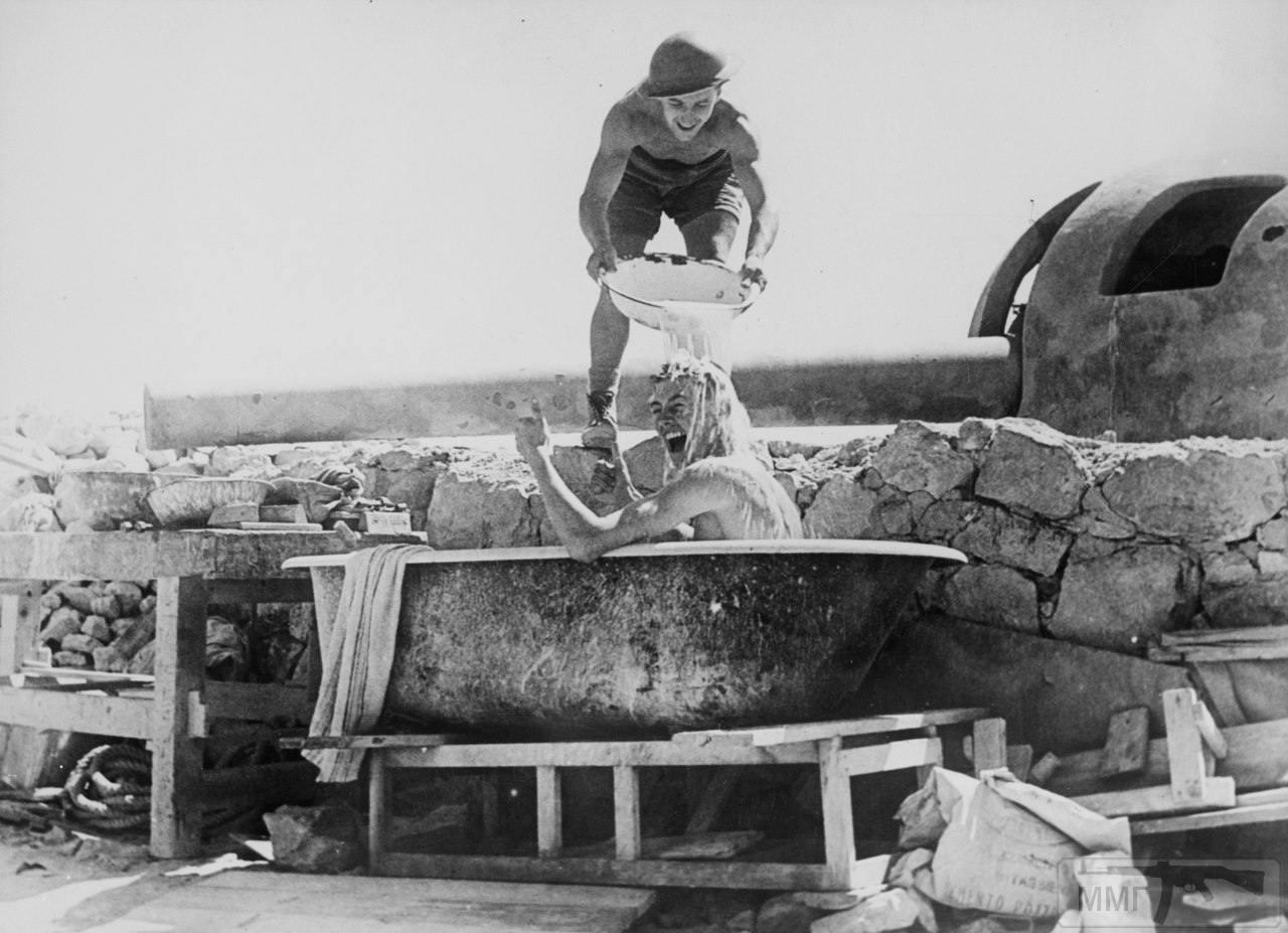 14198 - Английские солдаты моются в тени орудия береговой батареи