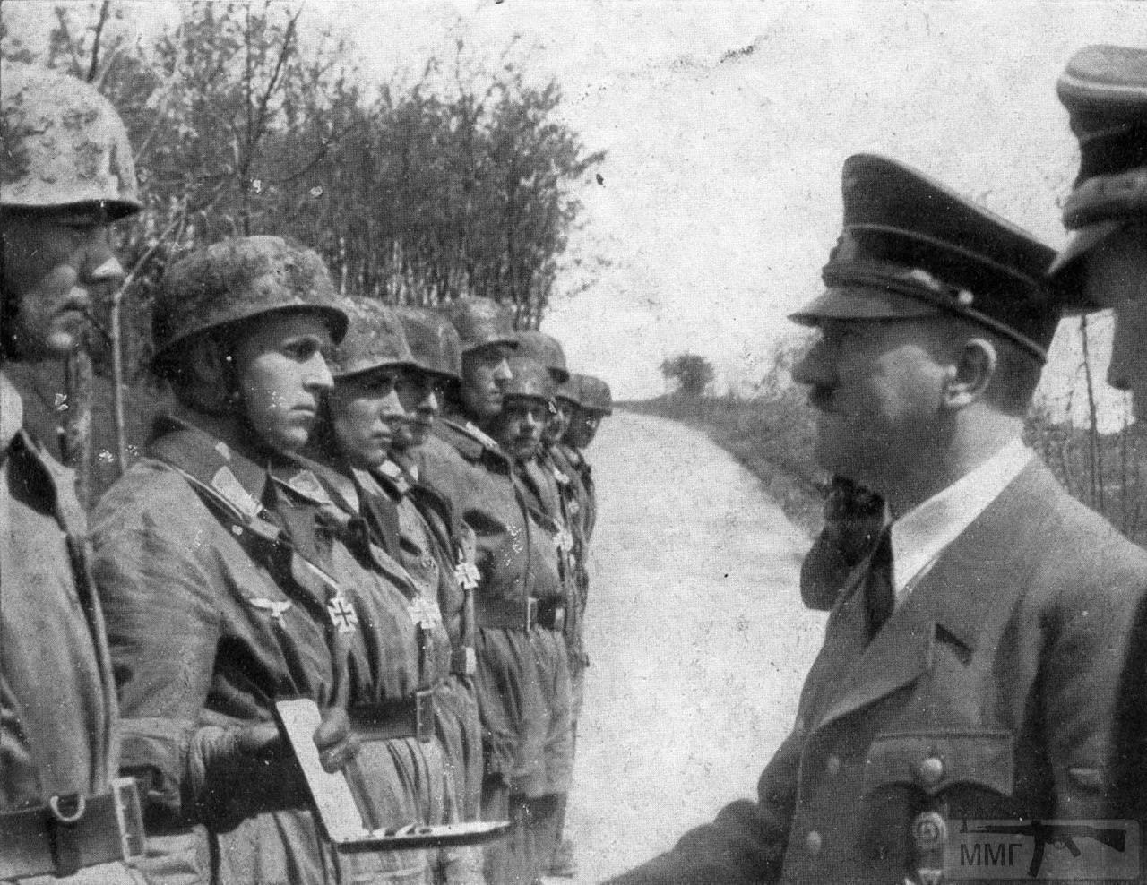 14200 - Адольф Гитлер вручает Железные кресты офицерам-десантникам штурмового батальона «Кох» (Sturm-Аbteilung Koch) 7-й авиадивизии (7.Flieger-Division), отличившимся во время оккупации Бельгии, Голландии и Люксембурга. Германия, Бад-Мюнстерайфель, 13 мая 1940 года.