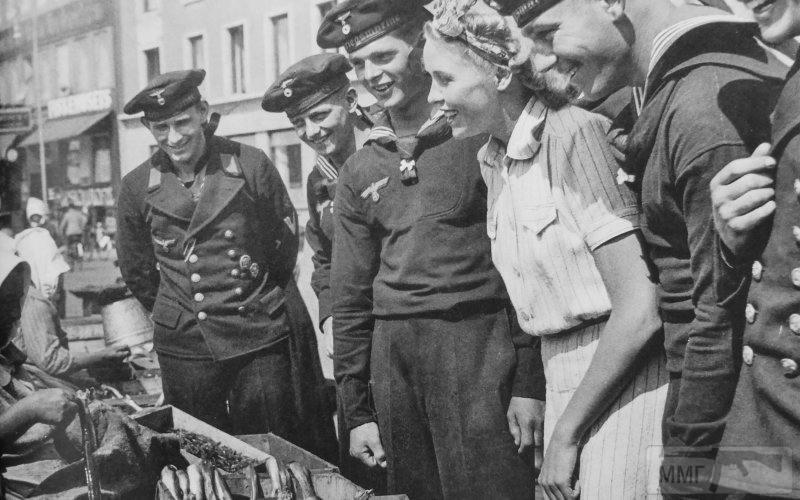 14203 - Матросы кригсмарине на рыбном рынке в оккупированном Копенгагене (København)