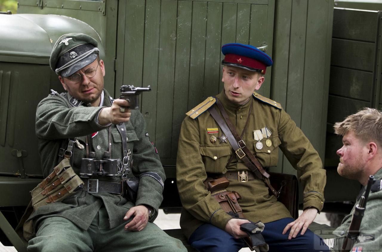 14260 - Германия, 29 апреля 2013 года, участники реконструкции битвы за Берлин.