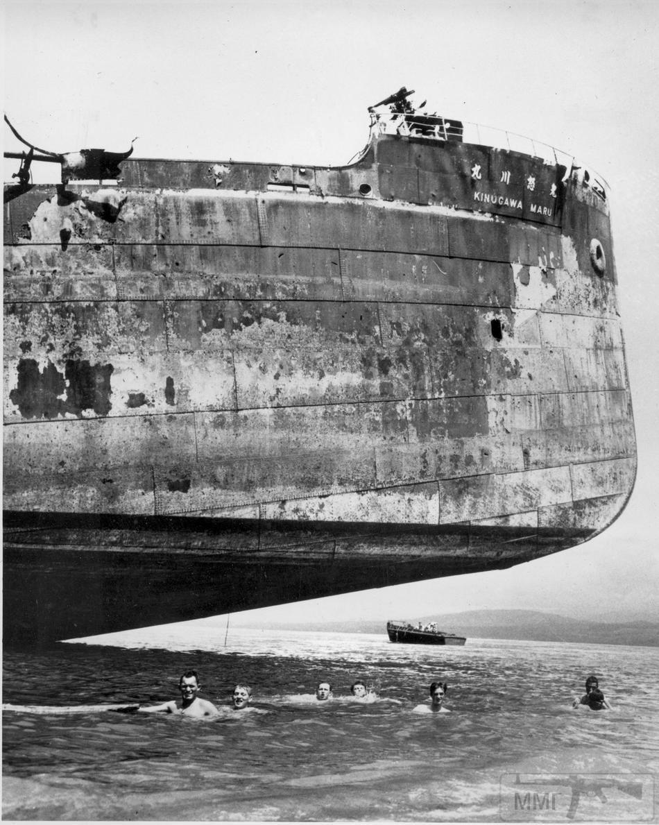 14457 - 11 ноября 1943 года, экипаж американского транспорта купается в тени корпуса притопленного артиллерией Kinugawa Maru, Соломоновы острова.