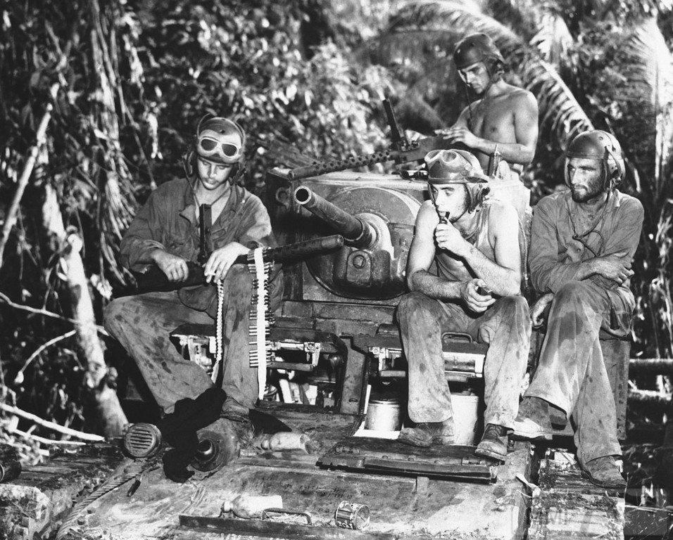14458 - Экипаж машины боевой на отдыхе и за чисткой оружия, Соломоновы острова, 11 сентября 1943 года.