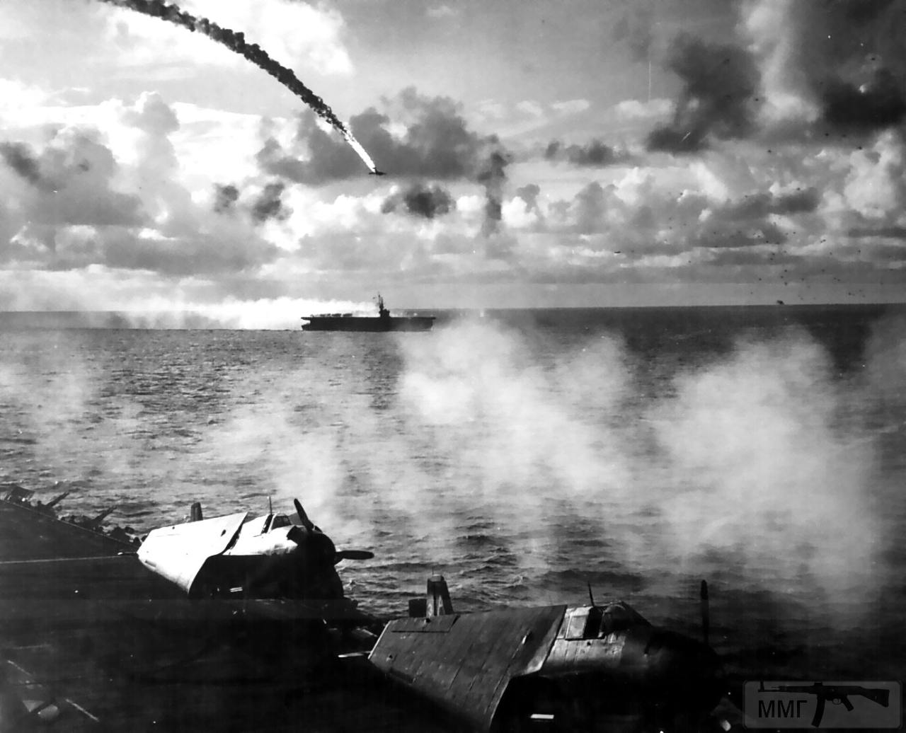 14459 - Июнь 1944, японский бомбардировщик подбит при попытке атаковать USS Kitkun Bay неподалеку от Марианских островов.