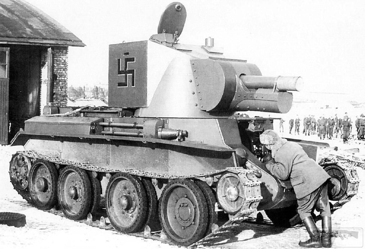 17027 - Финское самоходное штурмовое орудие BT-42 в Петрозаводске, март - апрель 1943 года. Регистрационный номер машины R-705 из состава 1-го батальона штурмовых орудий (1./Ryp.Tyk.P.). САУ изготовлена на базе трофейного советского танка БТ-7. В САУ использовалась британская 4,5-дюймовая (114-мм) полевая гаубица образца 1909-1917 годов (английское обозначение - Ordnance QF4.5 inch Howitzer, финское - 114 H/18). Всего в САУ было переоборудовано 18 единиц бронетехники.