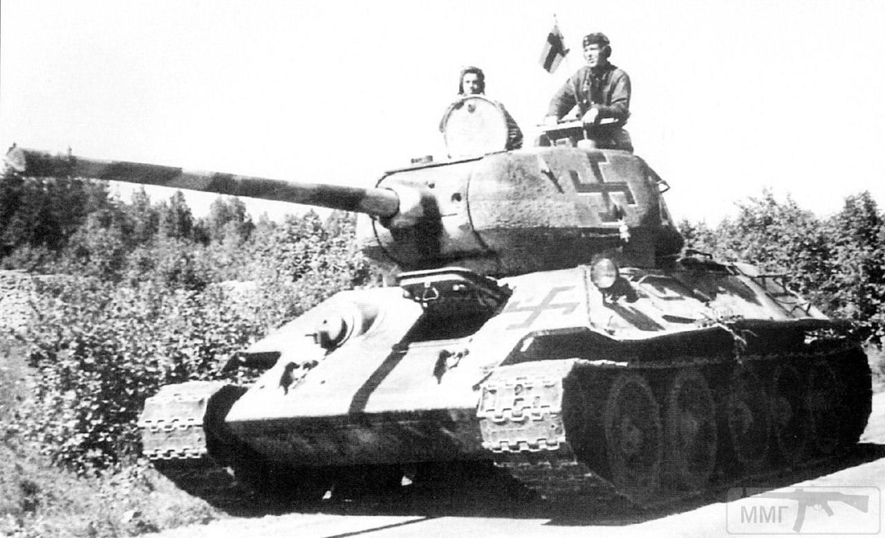17029 - Финские танкисты совершают марш на трофейном советском танке Т-34-85 в окрестностях Лаппеэнранта (Lappeenranta). Финляндия, сентябрь 1944 года. Танк был захвачен в конце июня 1944 года после боя за Петровку. Машина имеет регистрационный номер Ps-245-5 и тактический номер «201» и входит в состав 2-го бронебатальона финской бронебригады (2/Ps.Pr).