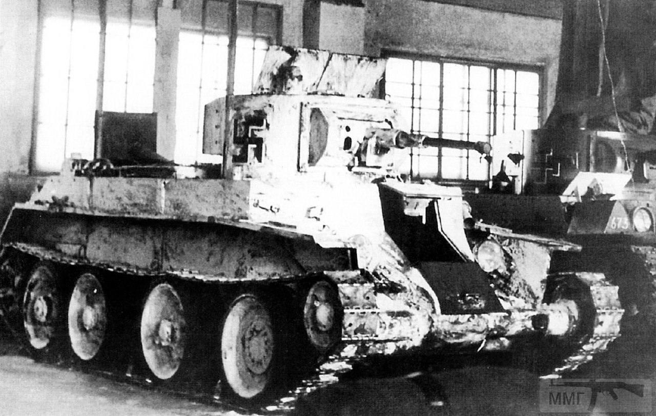 """17030 - Трофейные советские лёгкие танки БТ-7 образца 1935 года и Т-26 во время ремонта в боксе в Петрозаводске. 1941 год. Машина имеет регистрационный номер R-703 и входит в состав 1-го бронебатальона финской бронебригады (1/Ps.Pr). С большой долей вероятности на фото 11-й цех в ту пору """" Онежского машиностроительного и металлургического завода """", а позднее """" Онежского тракторного завода """". Во время войны там были мастерские по ремонту танков и автомобилей."""