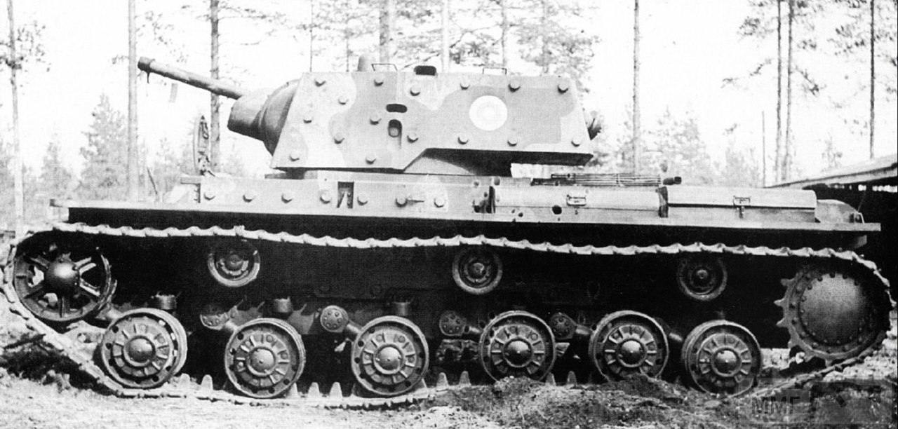 17032 - Трофейный тяжелый танк КВ-1 на службе в финской армии, сентябрь-ноябрь 1944 года. Свастика и номера закрашены. Регистрационный номер Ps-272-1.