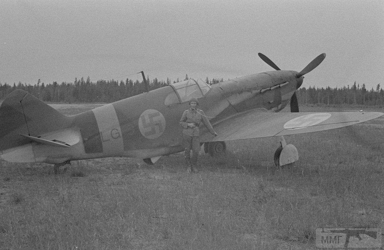 """17034 - Финский лётчик возле трофейного истребителя ЛаГГ-3 на аэродроме Менсуваара (Mensuvaara). 9 июля 1944 года. Три ЛаГГ-3 (LG-1-LG-3) использовались эскадрильей LeLv32 в Нур-мойла (Олонецкое направление) с марта 1943 г., пополнив имевшиеся там истребители Кэртис """"Хок"""". Из-за технических проблем в LeLv32 никогда не было одновременно более одного боеспособного ЛаГГ-3. На фото,самолет под №LG-3. Самолёт благополучно дожил до конца войны. Последний полет состоялся 29.01.45 при общем налете 79 час 40 мин."""