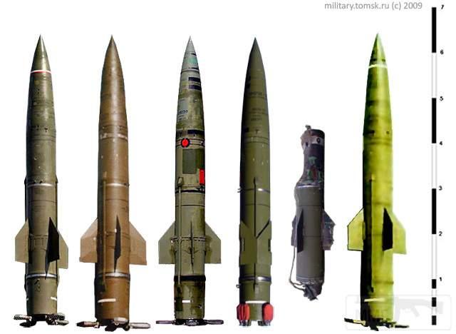 """1704 - Реконструкция проекций ракет 9М79 """"Точка"""" и 9М79-1 """"Точка-У"""" SS-21 SCARAB. Слева-направо: первые четыре - учебные ракеты """"Точка"""" (белая полоса в хвостовой части), на третьей ракете установлена фугасная БЧ и видно под красной заглушкой иллюминатор оптической системы получения полетного задания ракеты, четвертая ракета - в транспортном положении; пятая и шестая (так же учебная) - ракеты """"Точка-У"""", пятая - остатки боевой ракеты обнаруженные в Грузии в ходе Грузино-Осетинского конфликта в августе 2008 г. (DIMMI (c) 2009 г.)"""