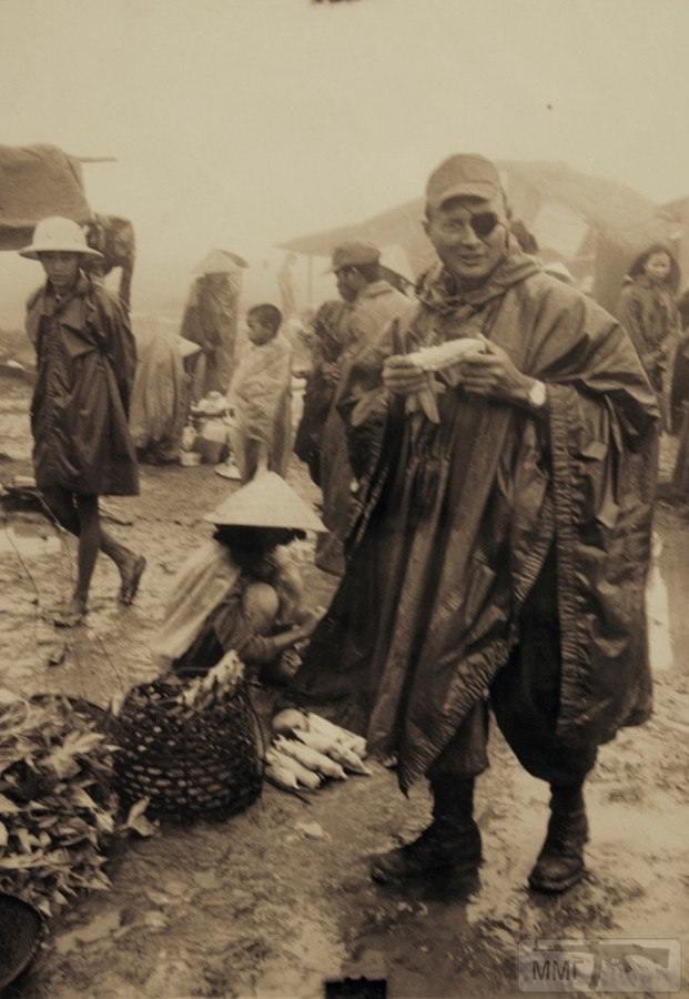 17075 - Моше Даян в качестве военного корреспондента в Южном Вьетнаме во время Вьетнамской войны, 1966 год.